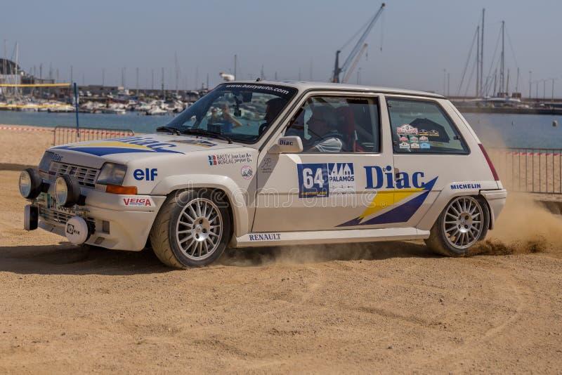 XV carrera de coches de Costa Brava Historic de la reunión en una pequeña ciudad Palamos en Cataluña 04 20 2018 España, ciudad Pa foto de archivo