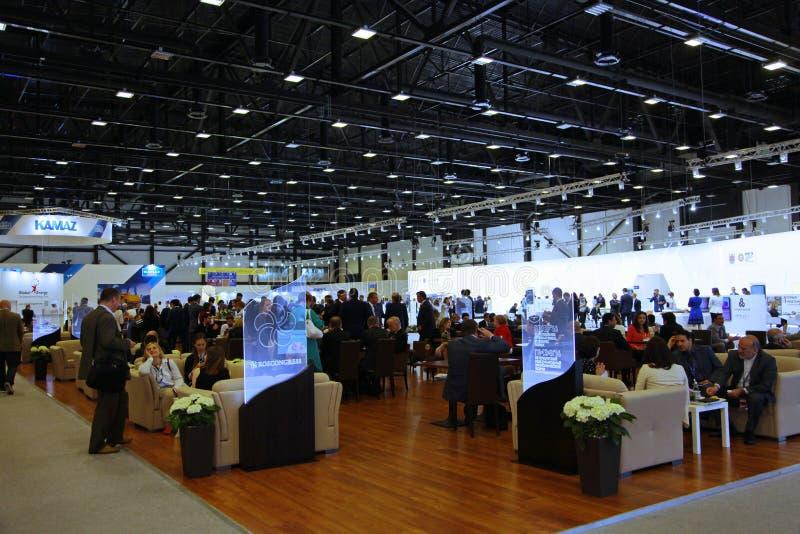XX forum economico internazionale di San Pietroburgo (SPIEF Russia 2016) café di affari nel padiglione G del forum immagine stock