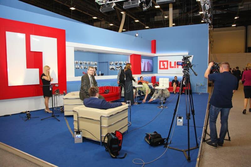 XX het internationale economische forum van Heilige Petersburg (SPIEF 2016 Rusland) het open het kanaalleven van TV van het Studi stock foto's