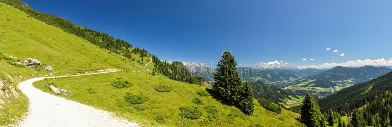 XXL panorama Austria - wycieczkujący ślad przy Hochkoenig górą - zdjęcia stock