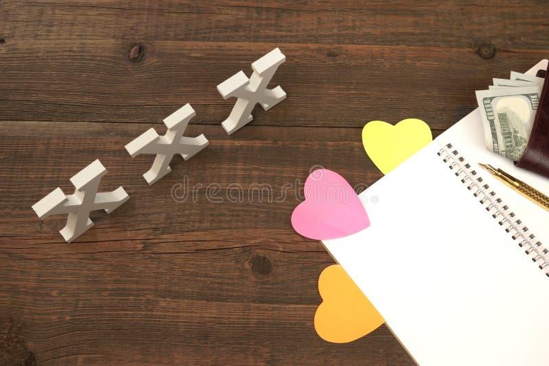 XXX το σημάδι αγάπης, άνοιξε το σημειωματάριο και το αρσενικό πορτοφόλι με τα μετρητά στοκ φωτογραφία