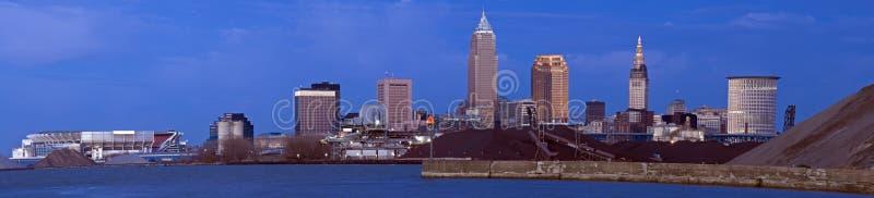 XXXL - Abend in im Stadtzentrum gelegenem Cleveland stockbild