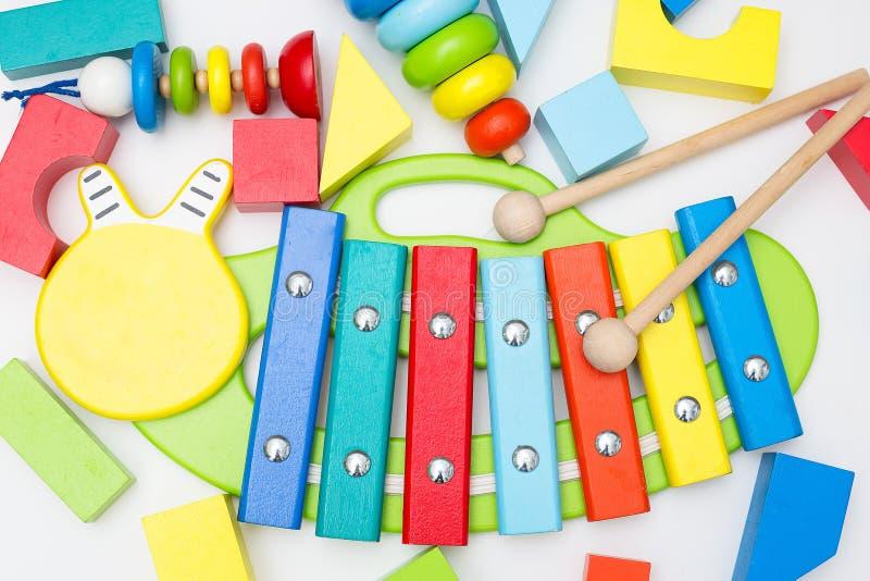 Xylofoon en ander houten speelgoed op een witte achtergrond Vlak leg royalty-vrije stock foto's