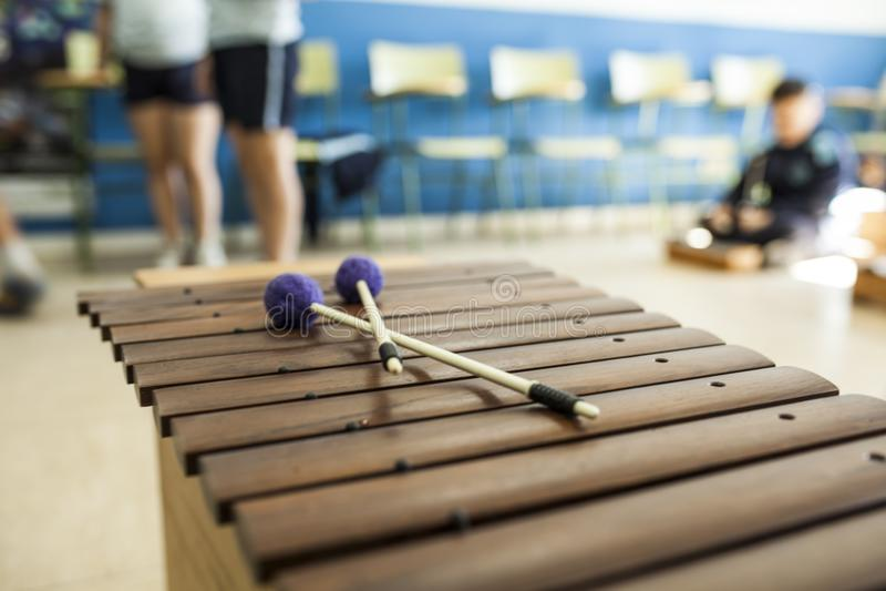 Xylofoon en trommelstokken in een muziekklasse met kinderen royalty-vrije stock foto's