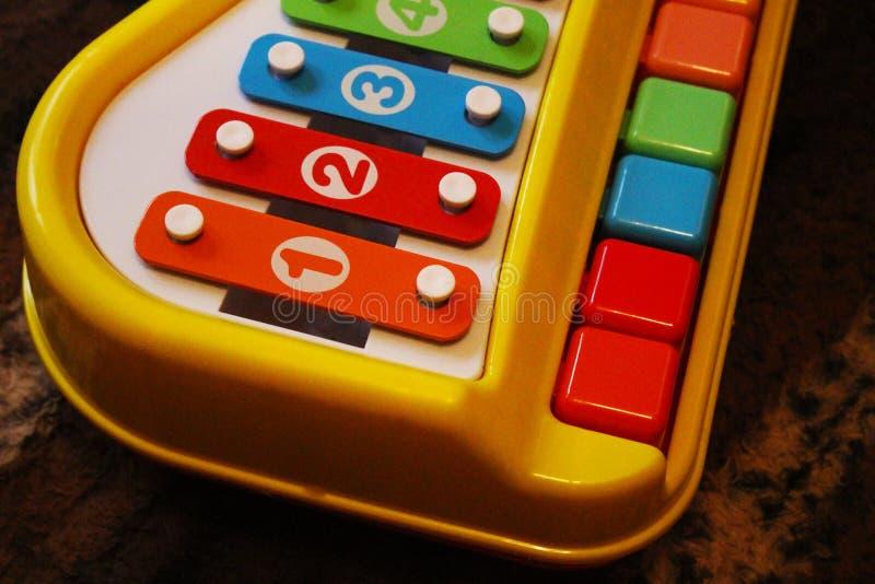 Xylophon auf Tabelle in meinem Haus lizenzfreie stockbilder