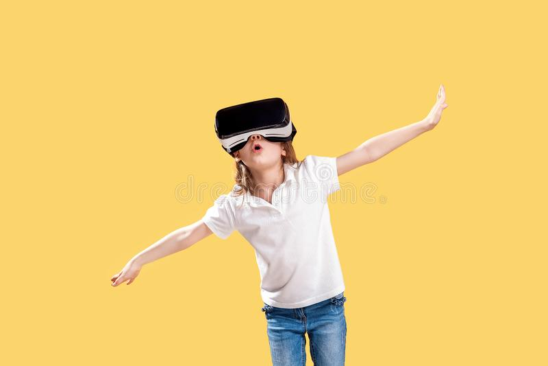 ??7 y 在黄色背景在正式成套装备的o佩带VR玻璃投入在兴奋实施隔绝的 ?? 图库摄影