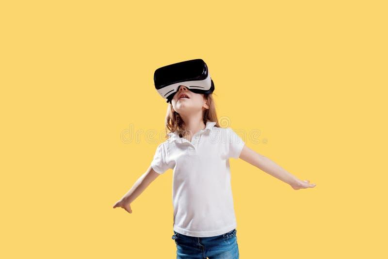 ??7 y 在黄色背景在正式成套装备的o佩带VR玻璃投入在兴奋实施隔绝的 ?? 库存照片