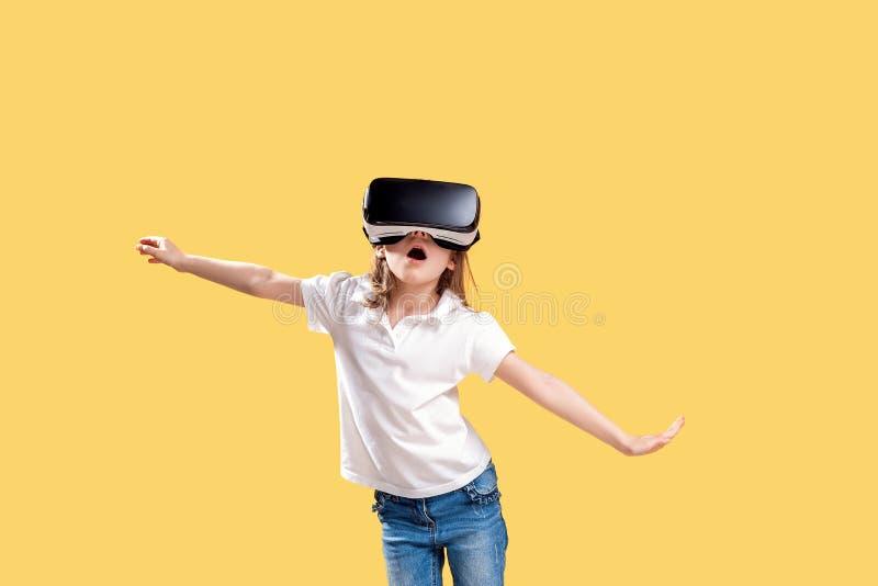 ??7 y 在黄色背景在正式成套装备的o佩带VR玻璃投入在兴奋实施隔绝的 ?? 免版税库存图片