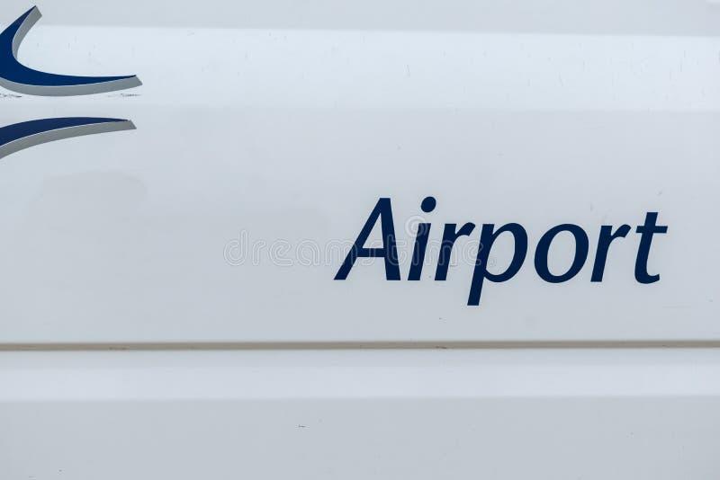 y x22; Aeropuerto y x22; inscripción en un autobús de servicio en la puerta lateral foto de archivo libre de regalías