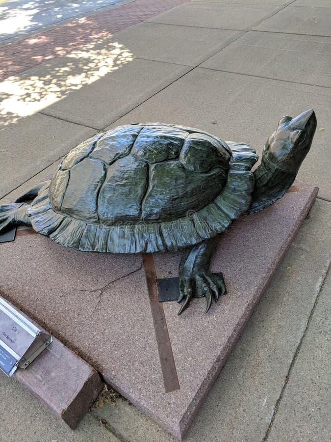 y x22; Basking& x22; por Pati Stajcar y x28; CO& x29; ; Escultura en Sioux Falls SculptureWalk imágenes de archivo libres de regalías