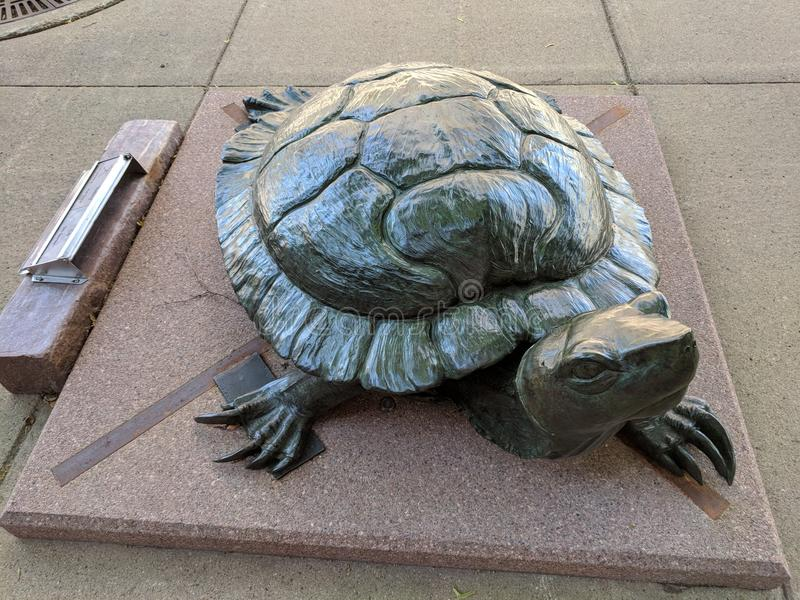y x22; Basking& x22; por Pati Stajcar y x28; CO& x29; ; Escultura en Sioux Falls SculptureWalk imagenes de archivo