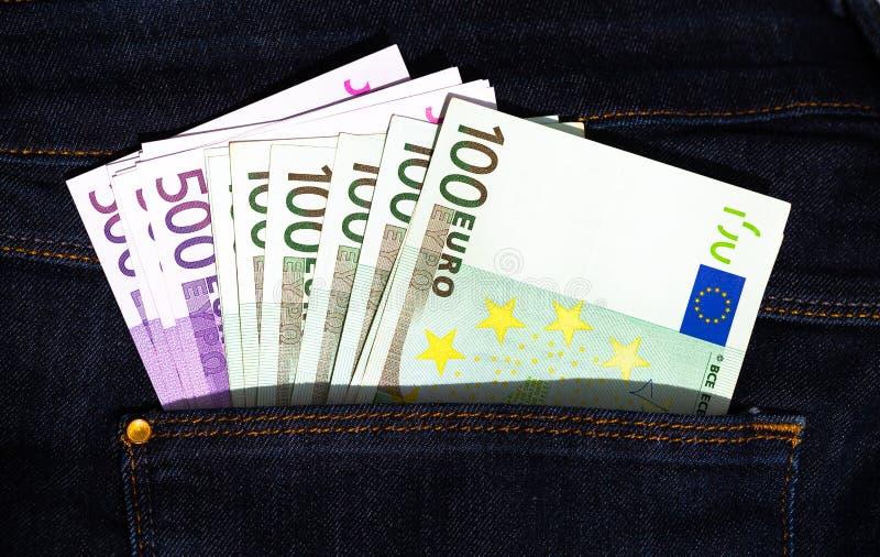 500 y 100 billetes de banco de los euros en un bolsillo de los vaqueros fotos de archivo