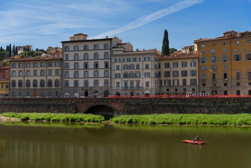""" Y 25, 2017 di МРdel †di FIRENZE, ITALIA """": Il Arno e ponte famoso Ponte Vecchio il vecchio ponte al giorno di estate solegg fotografia stock libera da diritti"""