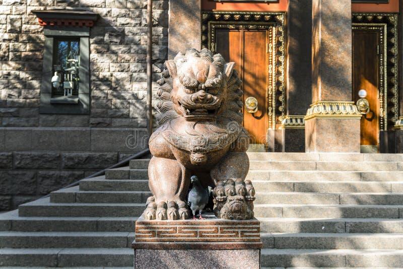 Y le?n terrible en el templo de Buda, templo de los budistas y de su patio central el concepto de religi?n pac?fica foto de archivo libre de regalías