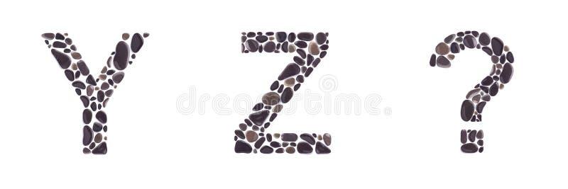 Y- und z-Buchstaben und Fragezeichen gemacht von den Strandsteinen lokalisiert auf weißem Hintergrund stockbild