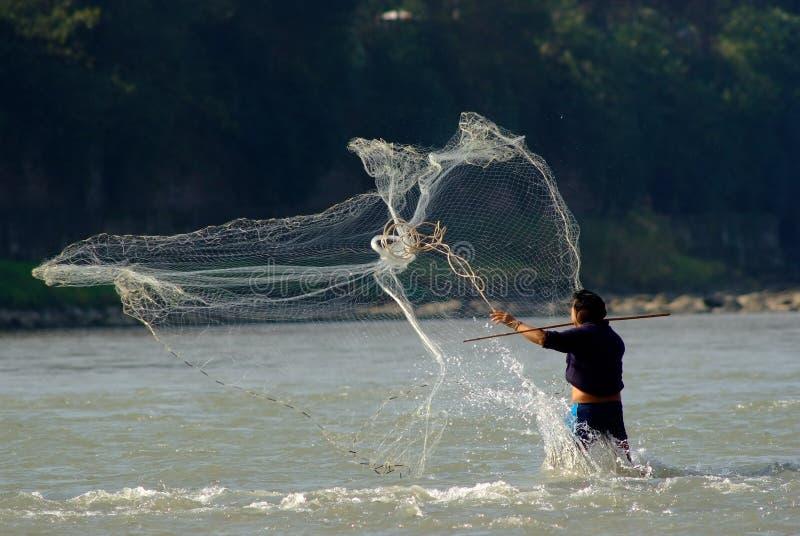 Yaan Kina-En netto fiskeman i den Qingyi floden royaltyfria foton