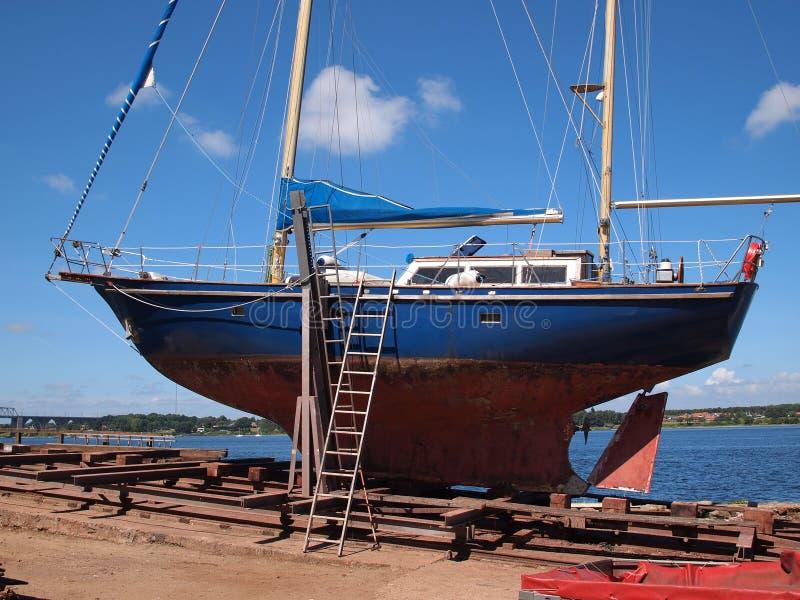 Yach σε ένα ναυπηγείο στοκ φωτογραφία