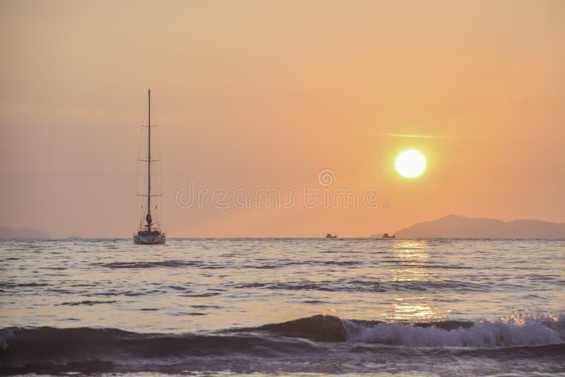 Yacht à garer à la mer dans le coucher du soleil chez Koh Payam, Thaïlande photographie stock libre de droits