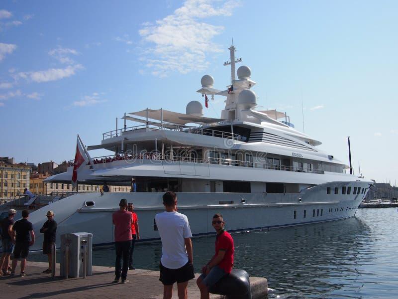 Yacht énorme à Marseille photos stock