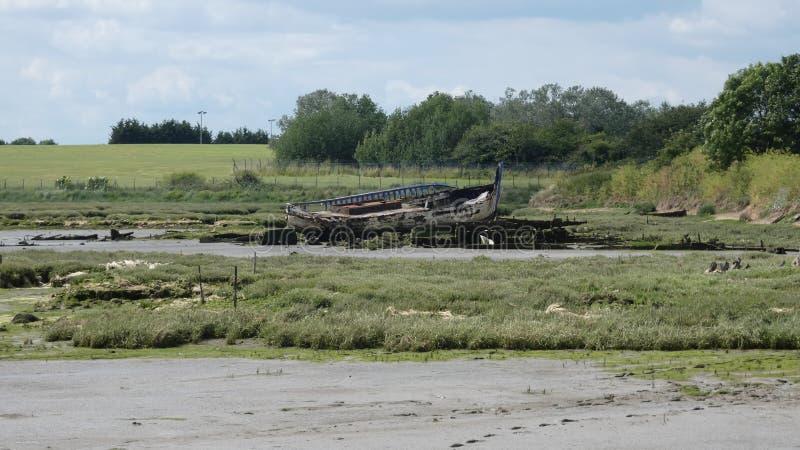 Yacht abbandonato sulla spiaggia e sinistro per il salvataggio fotografia stock libera da diritti