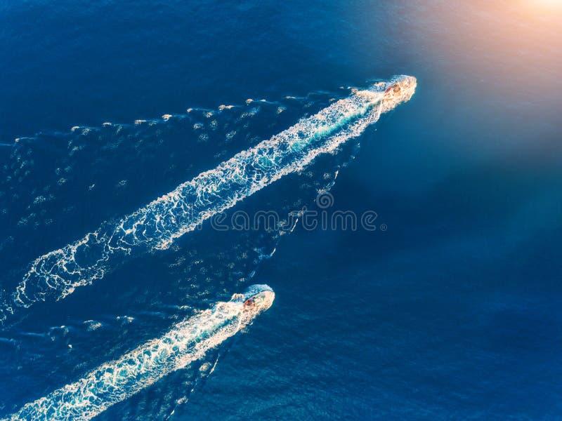 Yacht al mare Vista aerea della nave di galleggiamento di lusso immagine stock libera da diritti