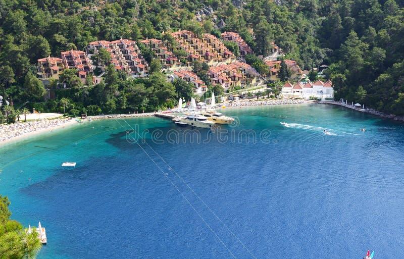 Yacht al pilastro ed alla spiaggia sulla località di soggiorno turca fotografie stock libere da diritti