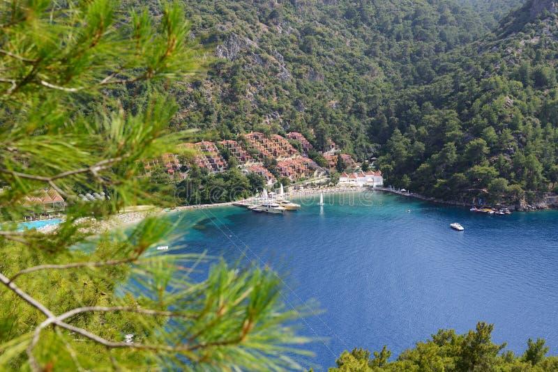 Yacht al pilastro ed alla spiaggia sulla località di soggiorno turca Mediterranea immagini stock libere da diritti