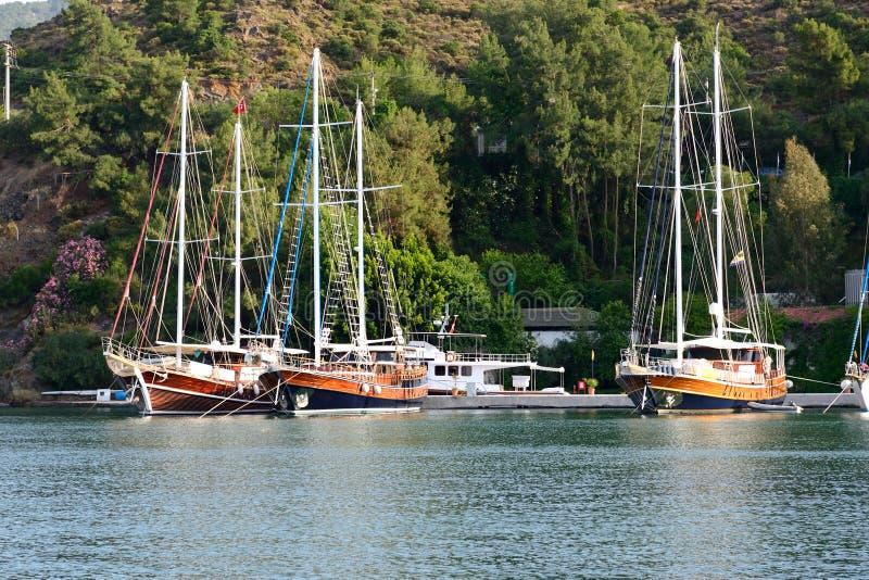 Yacht al pilastro sulla località di soggiorno turca Mediterranea fotografie stock libere da diritti