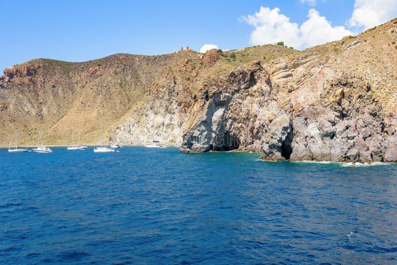 Yacht alla costa rocciosa dell'isola di Lipari immagini stock libere da diritti