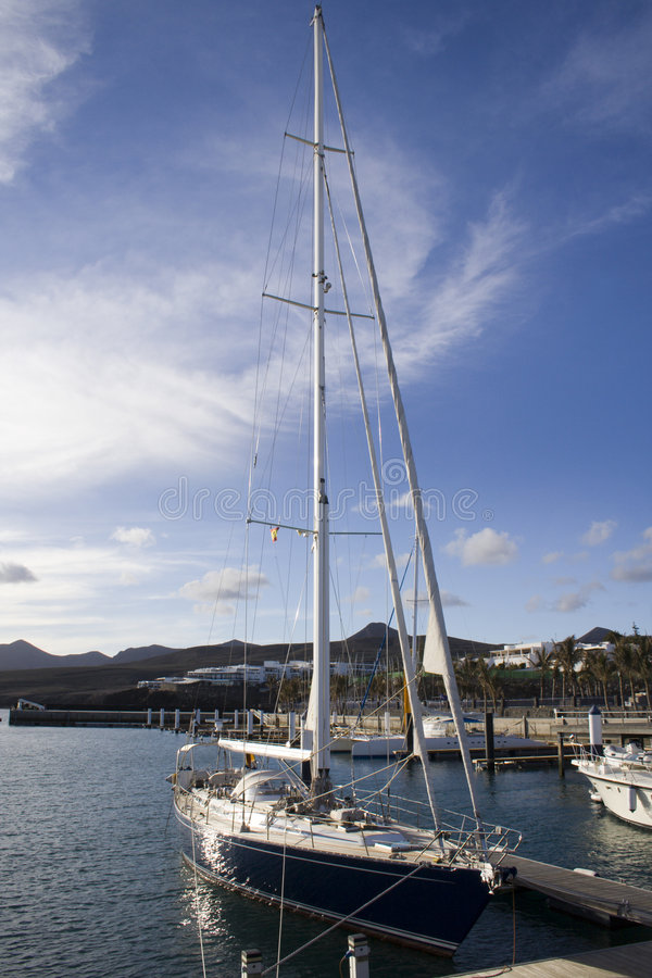 Yacht amarré images stock
