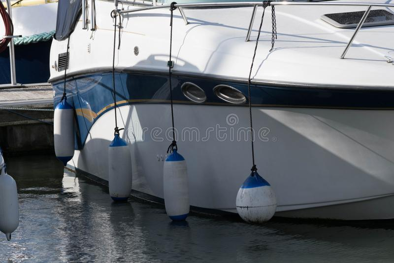 Yacht amarré avec des amortisseurs  image libre de droits
