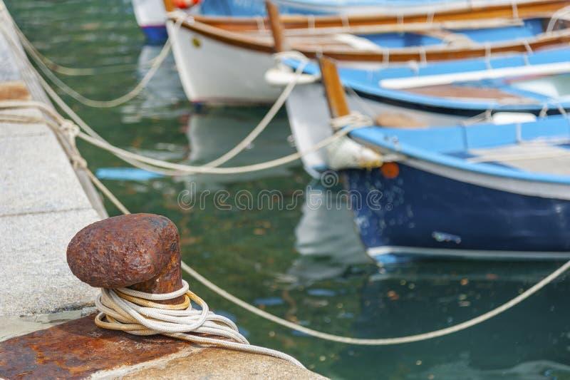 Yacht attaché au pilier image stock
