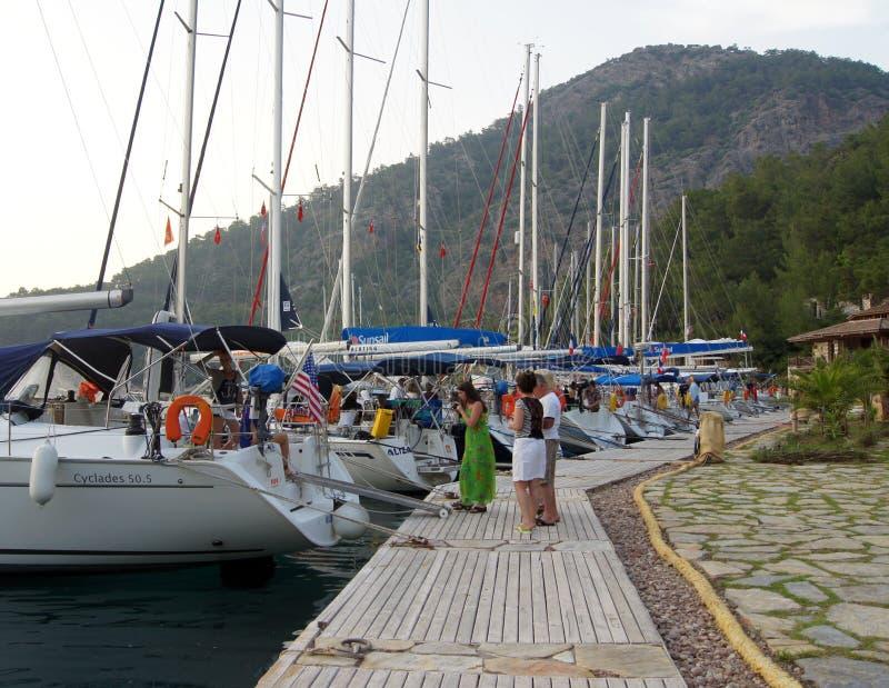 Yacht attraccato su un pilastro Ekincik turistico del mar Mediterraneo Turco Riviera Noleggiatore di yachts Resto su un'acqua Fes fotografia stock libera da diritti