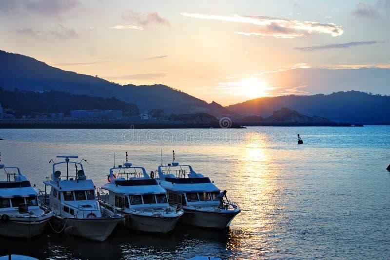 Yacht au coucher du soleil image libre de droits