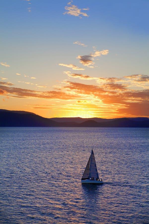 Yacht au coucher du soleil photos stock