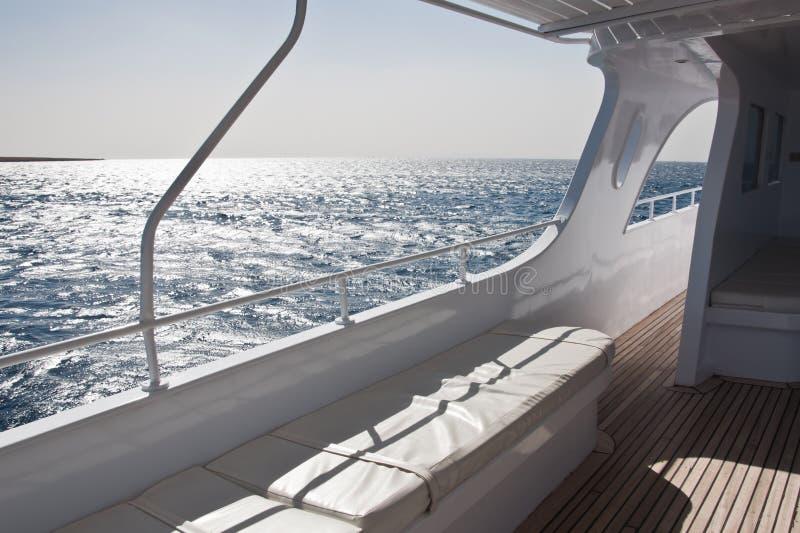 Yacht auf dem Meer lizenzfreies stockbild