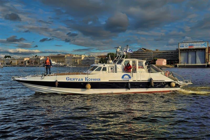 Yacht auf dem Neva stockfotos