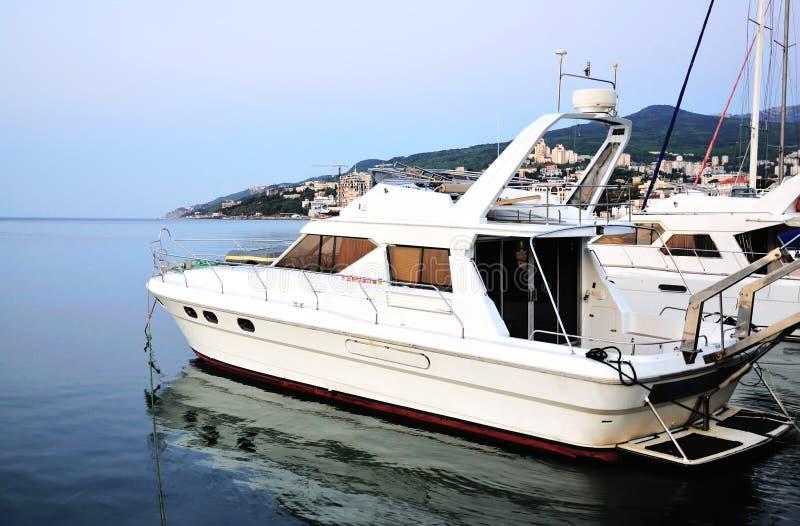 Yacht auf der Seeküste stockbild