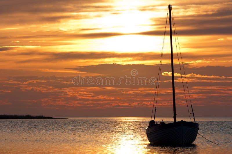 Yacht auf einem Anker auf einem Hintergrund des kommenden s lizenzfreie stockfotos