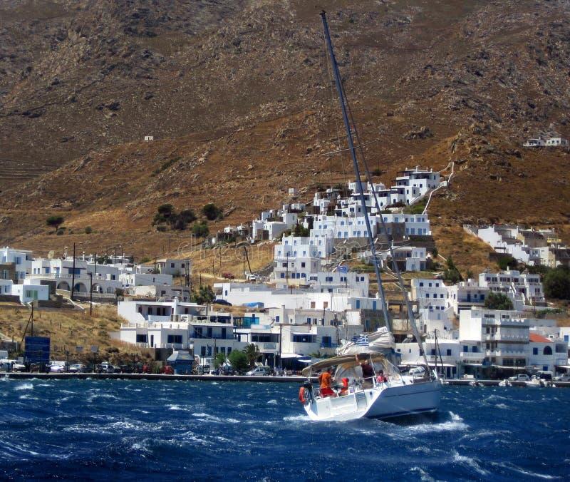 Yacht auf rauem Meer lizenzfreies stockbild