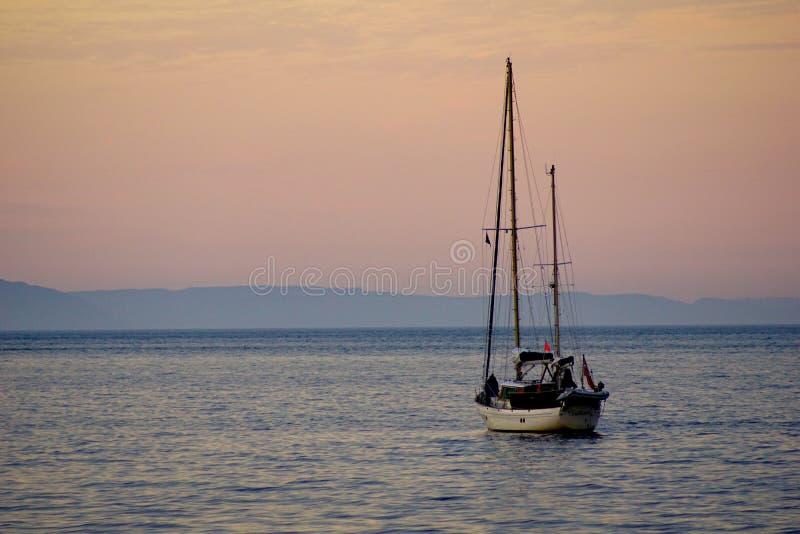 Yacht av den Cushendall stranden arkivfoton