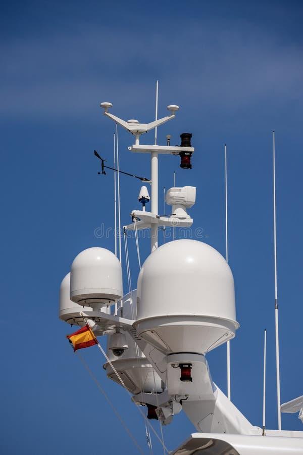 Yacht avec le radar et la tour de communication - superstructure images libres de droits