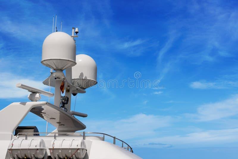 Yacht avec le radar et la tour de communication - superstructure photographie stock