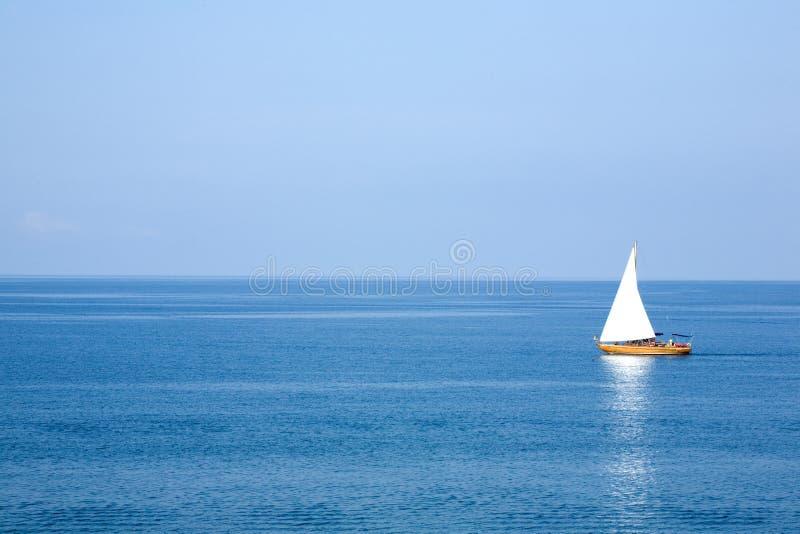 Yacht avec le sai blanc image stock