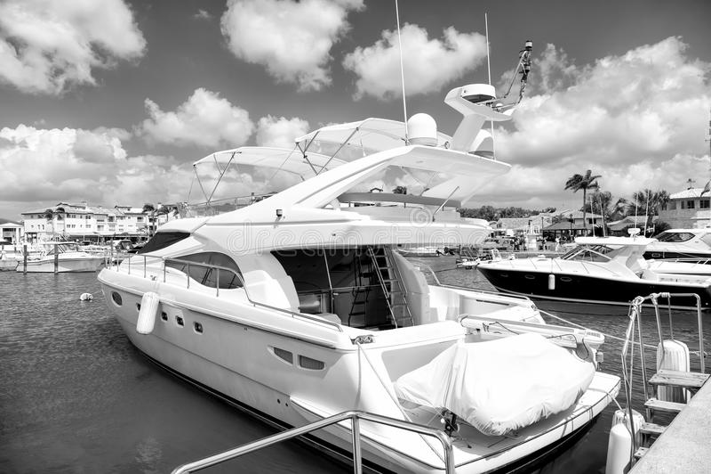 Yacht in baia con il cielo nuvoloso fotografie stock