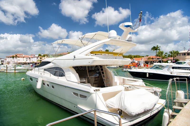 Yacht in baia con il cielo nuvoloso immagini stock libere da diritti