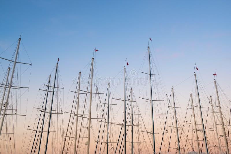 Yacht bemastet in der Dämmerung Himmelhintergrund stockbilder