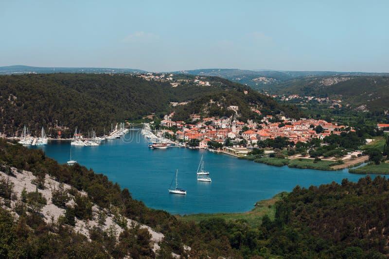 Yacht bianchi nella baia contro il contesto di bella città immagini stock libere da diritti