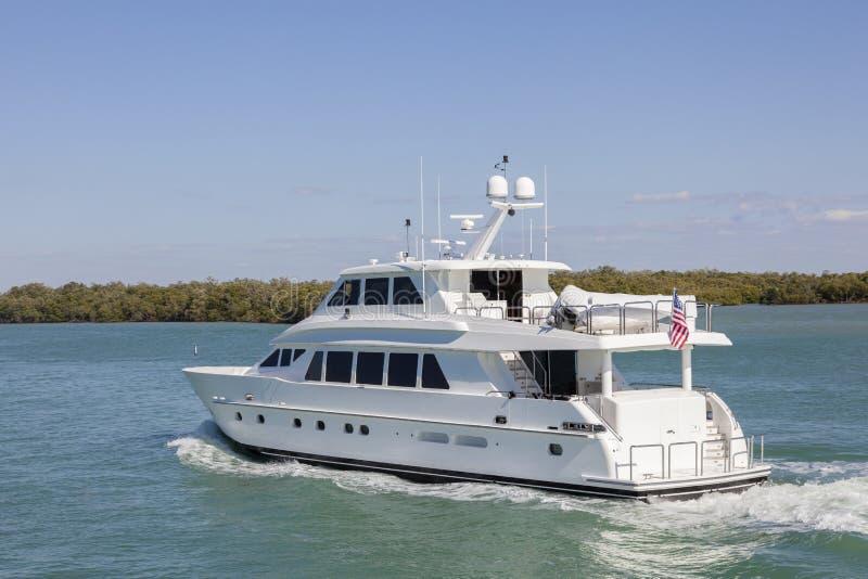 Yacht bianco di lusso del motore fotografia stock libera da diritti