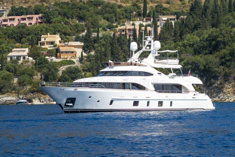 Yacht blanc au port image stock